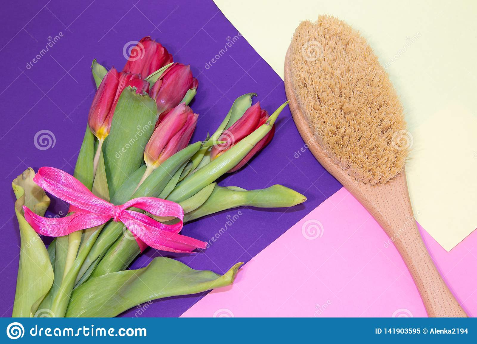干燥按摩的刷子 新的整容术 摆脱脂肪团和伸展线 适当的护肤 接近的重点图象有选择性的温泉处理