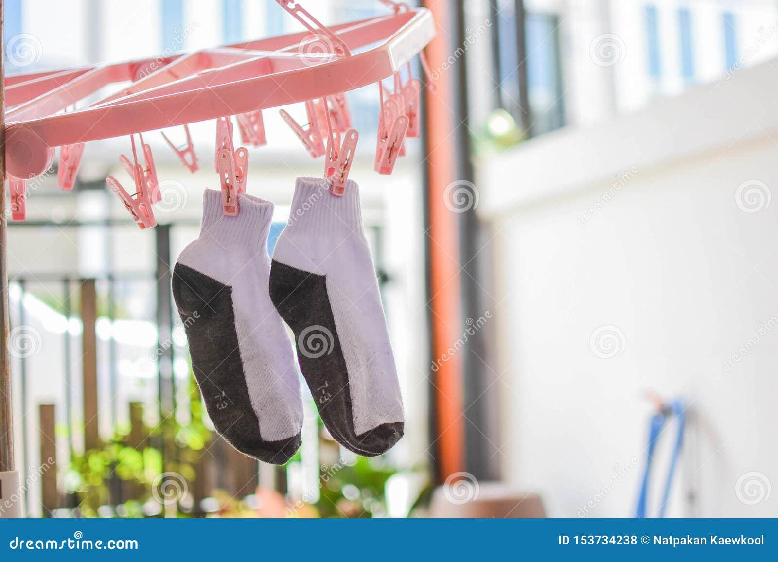 干燥的袜子,等待烘干,垂悬在晒衣绳