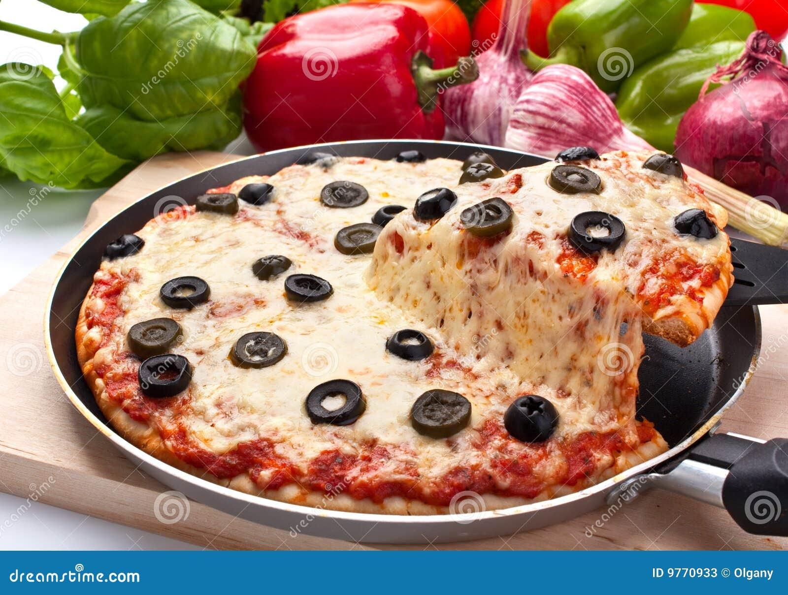 干酪增强橄榄薄饼切的一