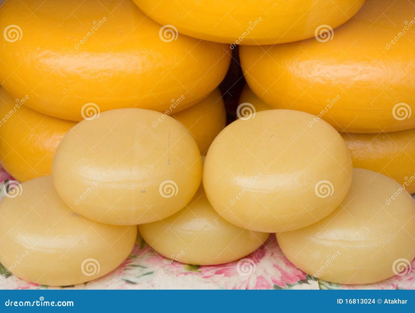 干酪被堆积的荷兰扁圆形干酪舍入