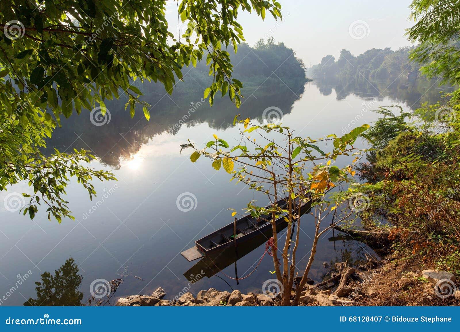平安的热带kwai河风景在早晨在北碧,泰国.