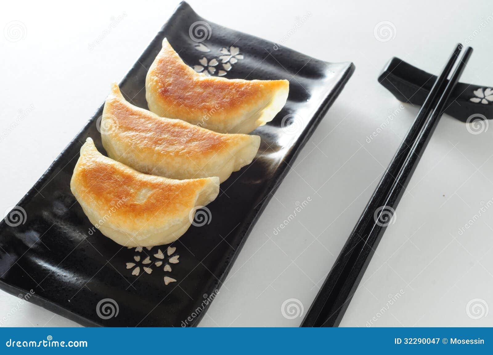 平底锅油煎的猪肉饺子