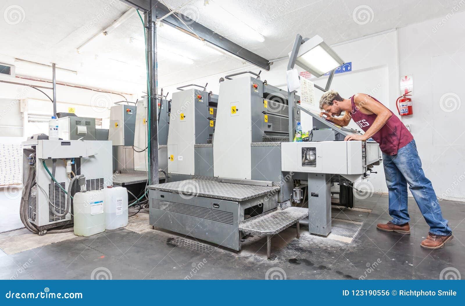 平版印刷的打印机在打印车间