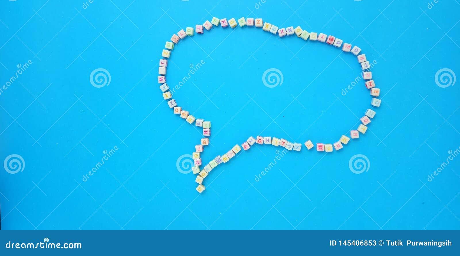平的位置、蓝色背景和字母表塑料立方体小珠元素设计泡影聊天消息的,行情,信息文本形状