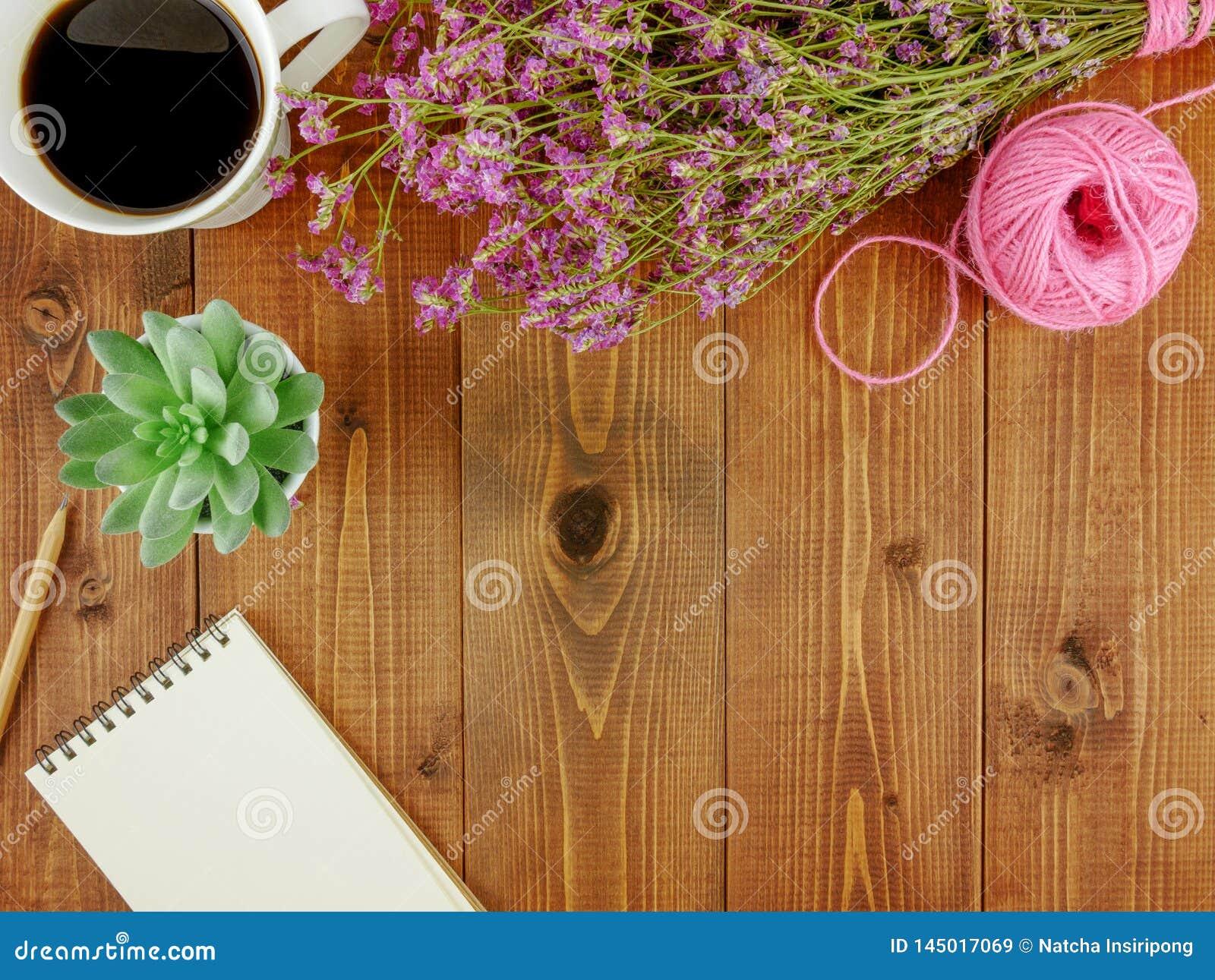 平的位置、顶视图褐色木书桌有文具的和咖啡