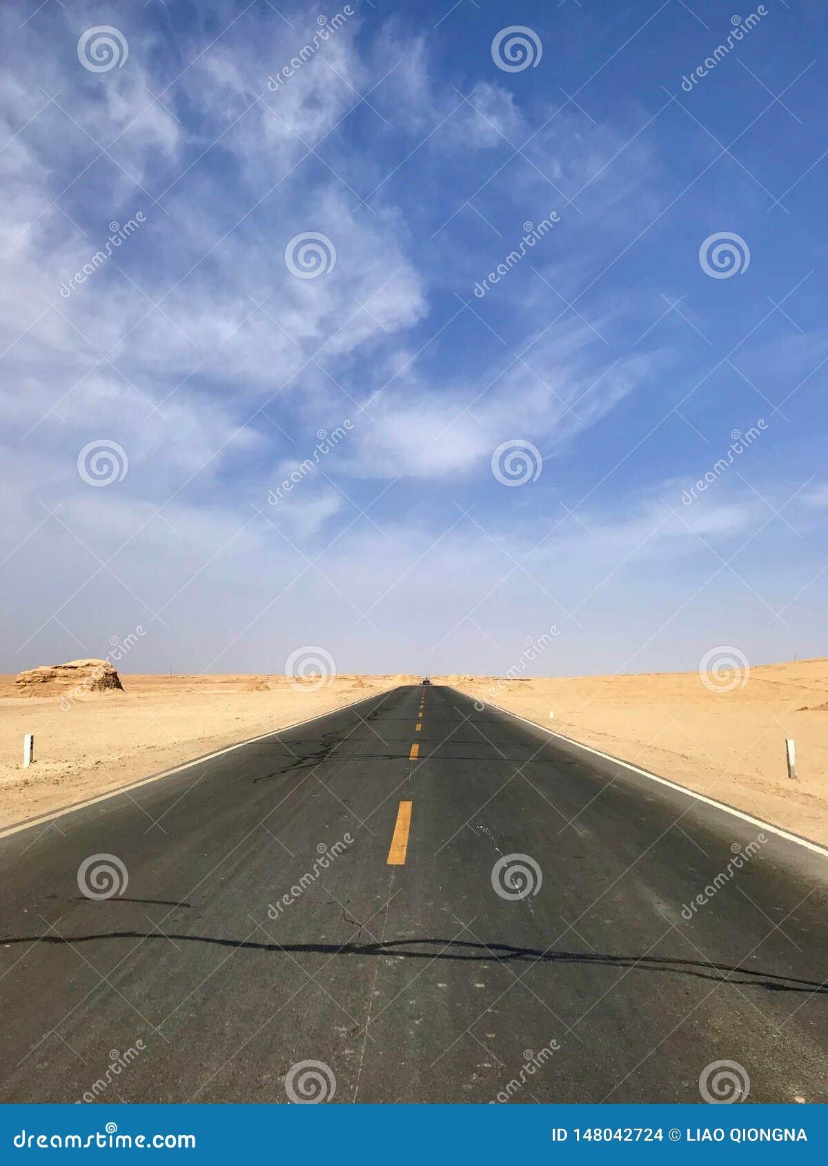 平直的沥青路,被修造在沙漠之间,没人路的