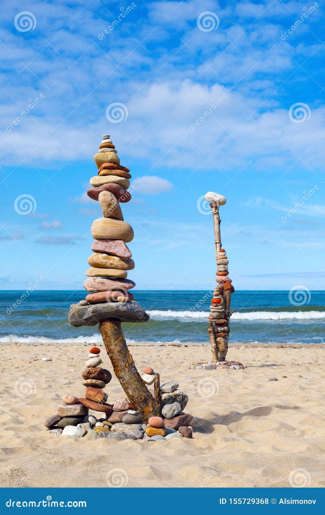 平衡和世故石头 在天空蔚蓝和海背景的岩石禅宗