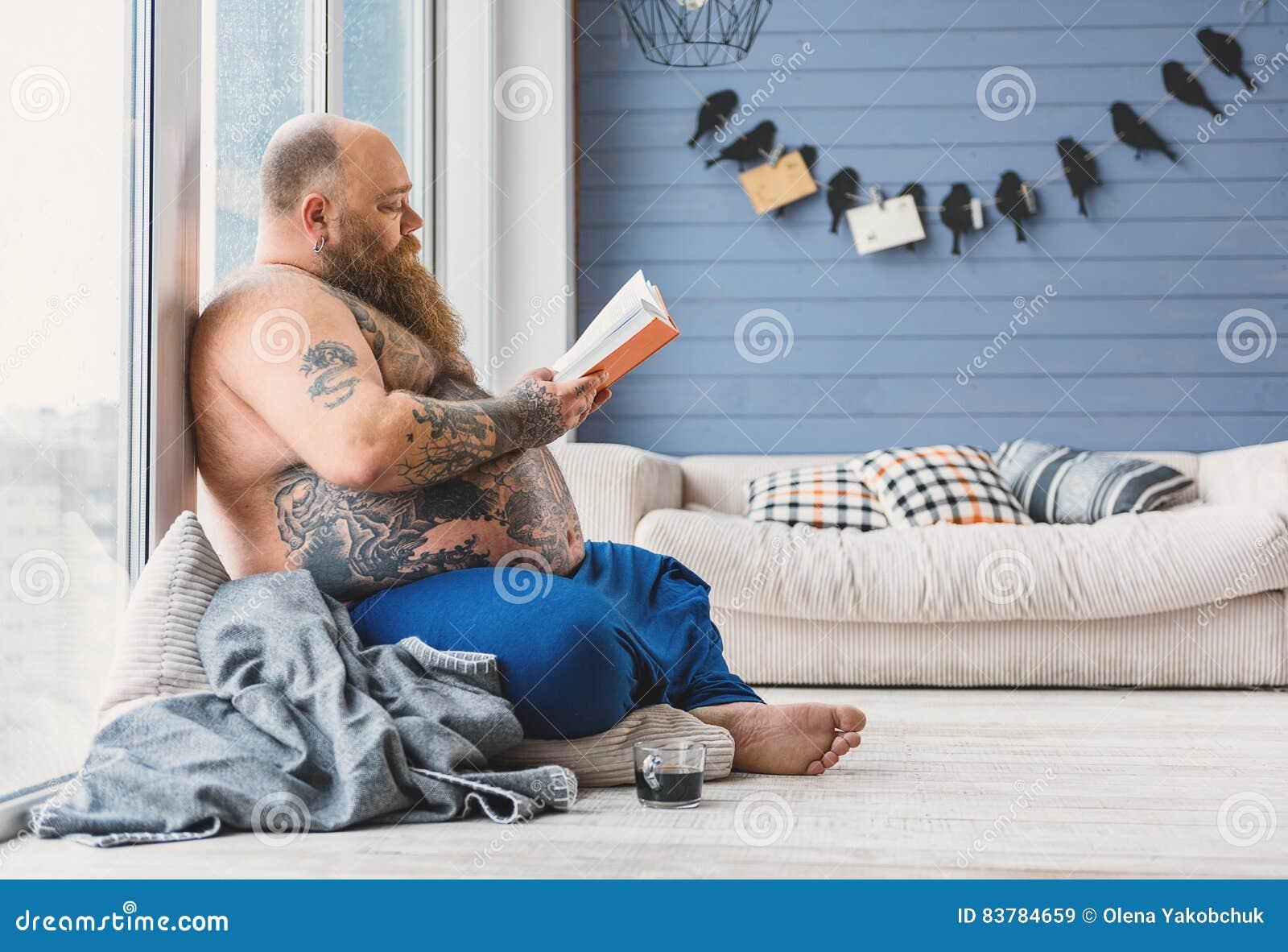 平静的厚实的人在家有趣的