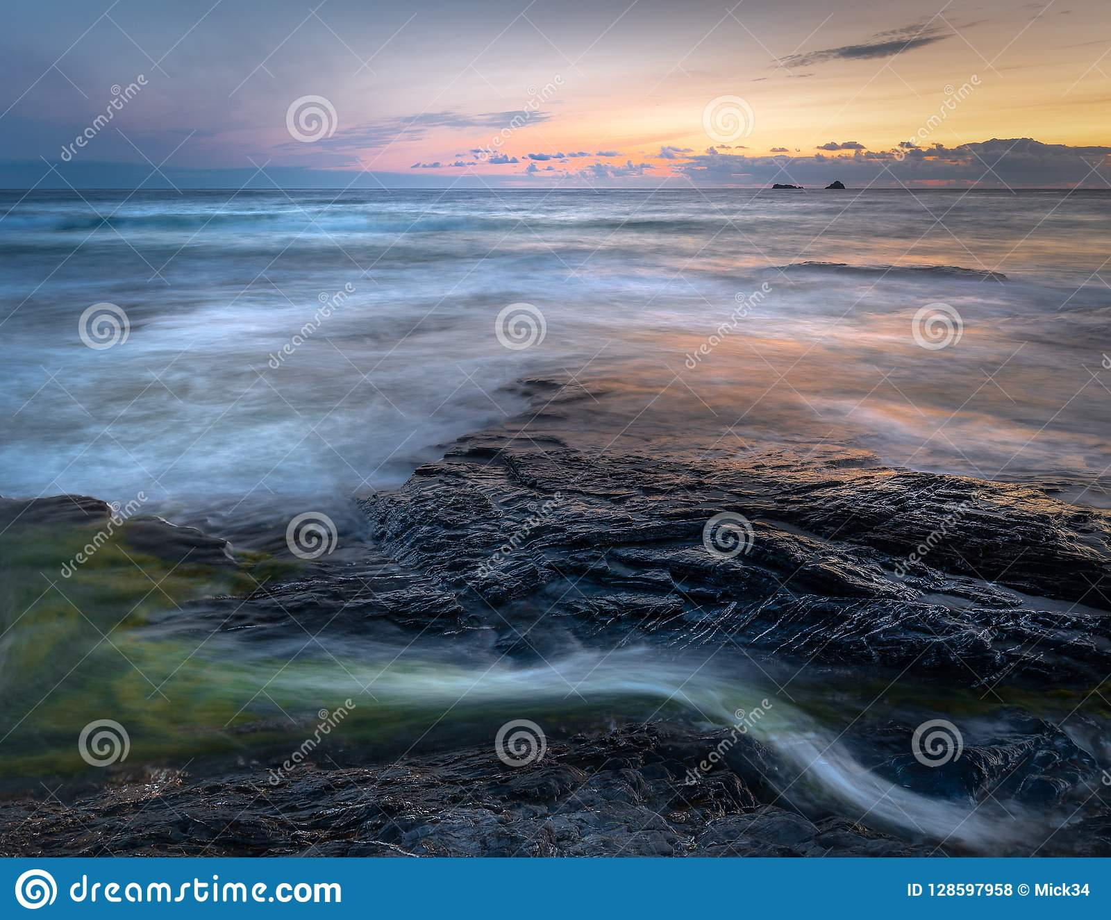平静的海景和前光,康斯坦丁海湾,康沃尔郡