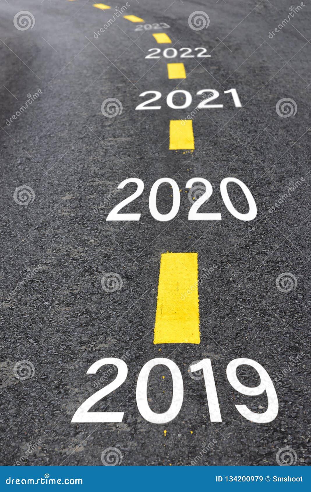 2019年到2023年的数字柏油路表面上