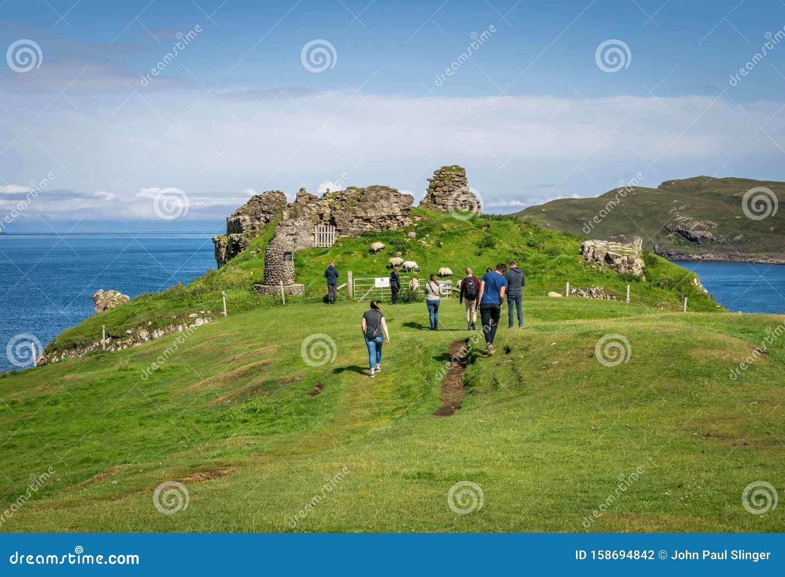 1739年废弃的中世纪城堡的零星悬崖,曾是麦当劳家族的所在地库存照片 ...