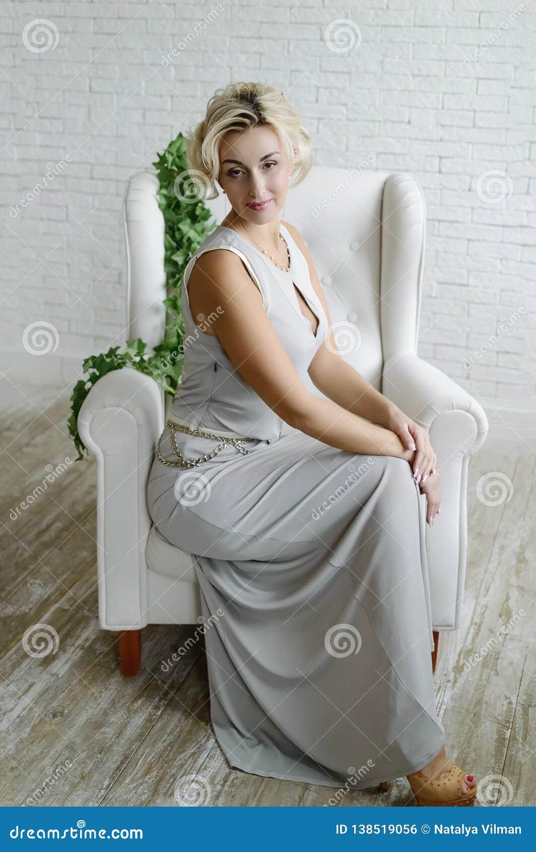 40年的花姑娘在椅子坐