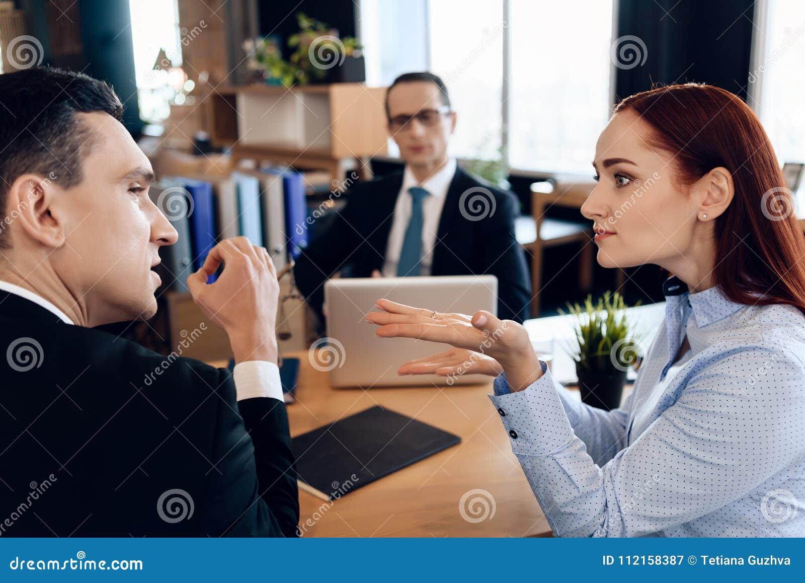 年轻严肃的夫妇咨询,坐在离婚提倡者办公室 成人夫妇离婚