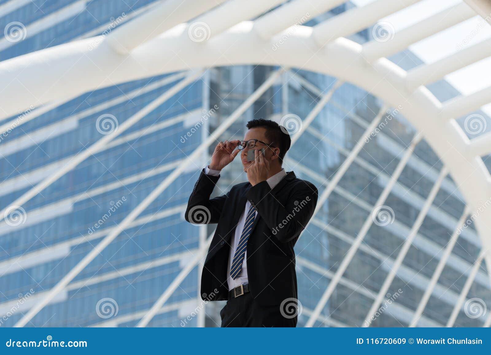 年轻亚洲商人冒汗由于热的气候 抹t的他