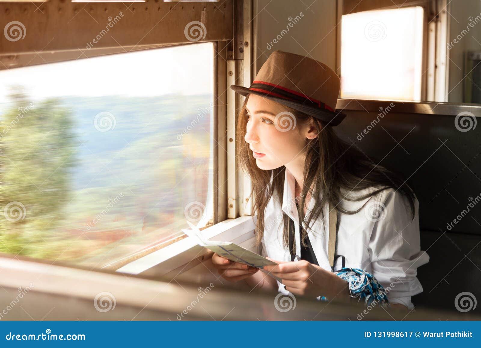年轻亚洲背包徒步旅行者妇女乘火车旅行她的旅途,旅行