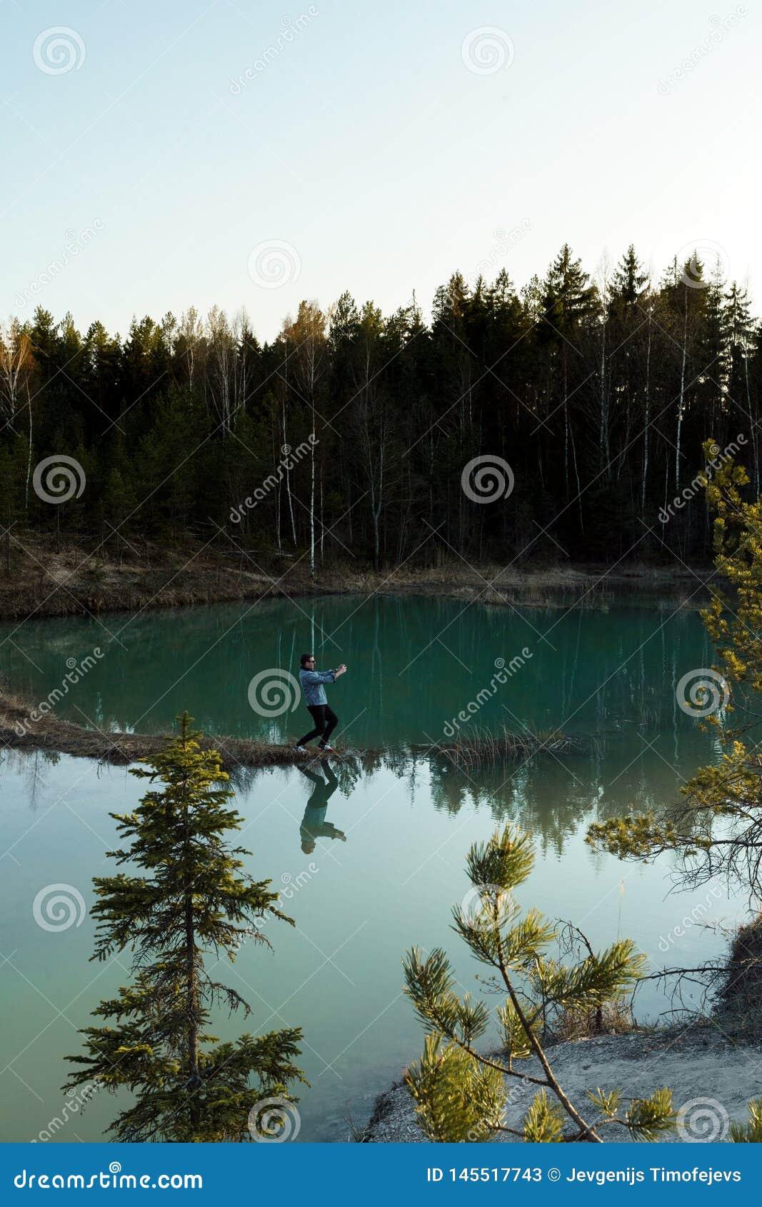 年轻人作为旅行照片-拉脱维亚- Meditirenian样式的美丽的绿松石湖颜色在波罗的海国家-