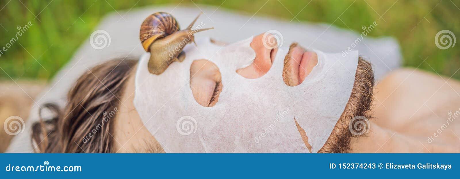 年轻人做与蜗牛黏液的一面膜 爬行在面膜的蜗牛 人的温泉,所有横幅的温泉,长期