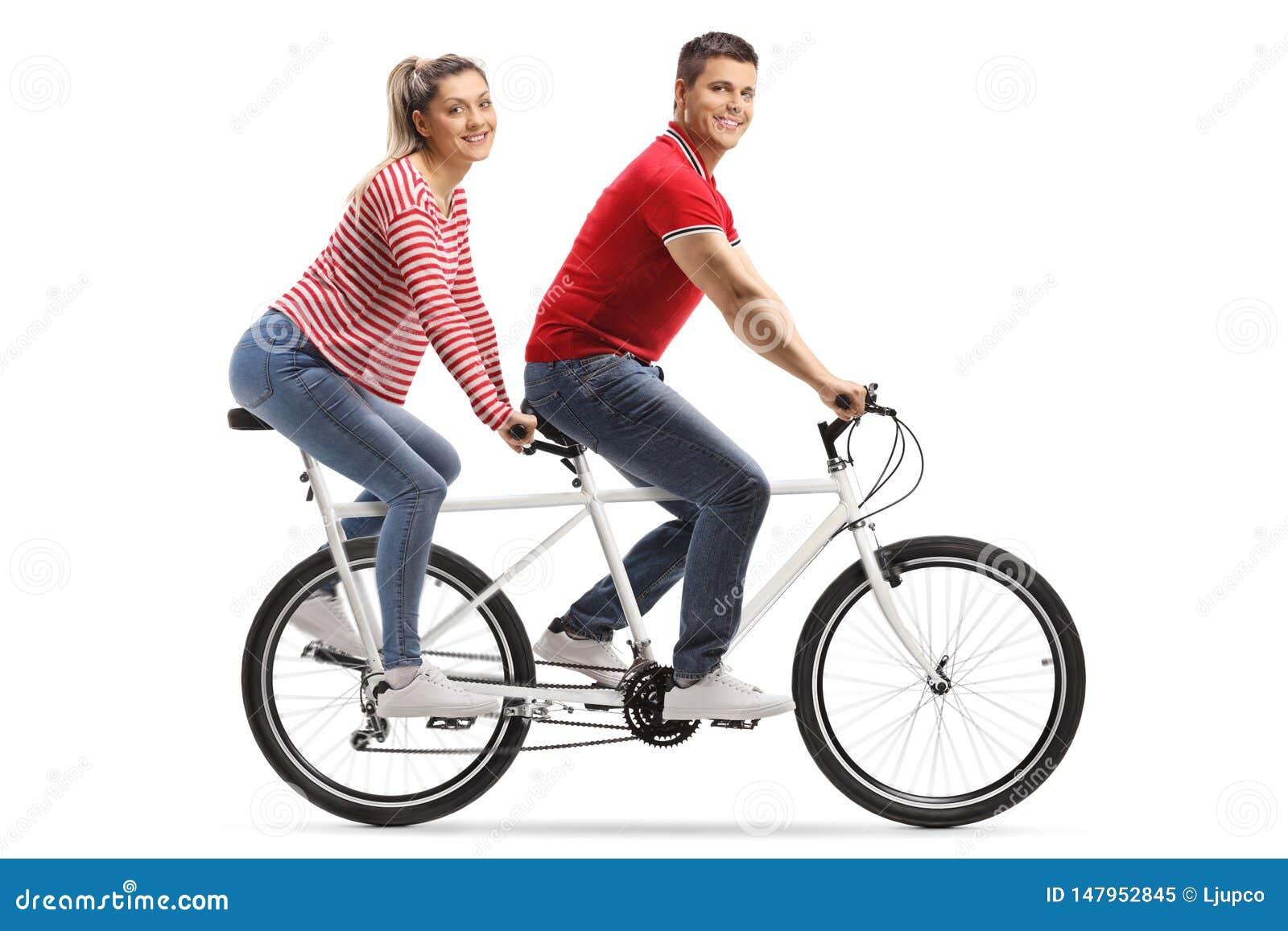 年轻人和妇女看照相机的一辆纵排自行车的