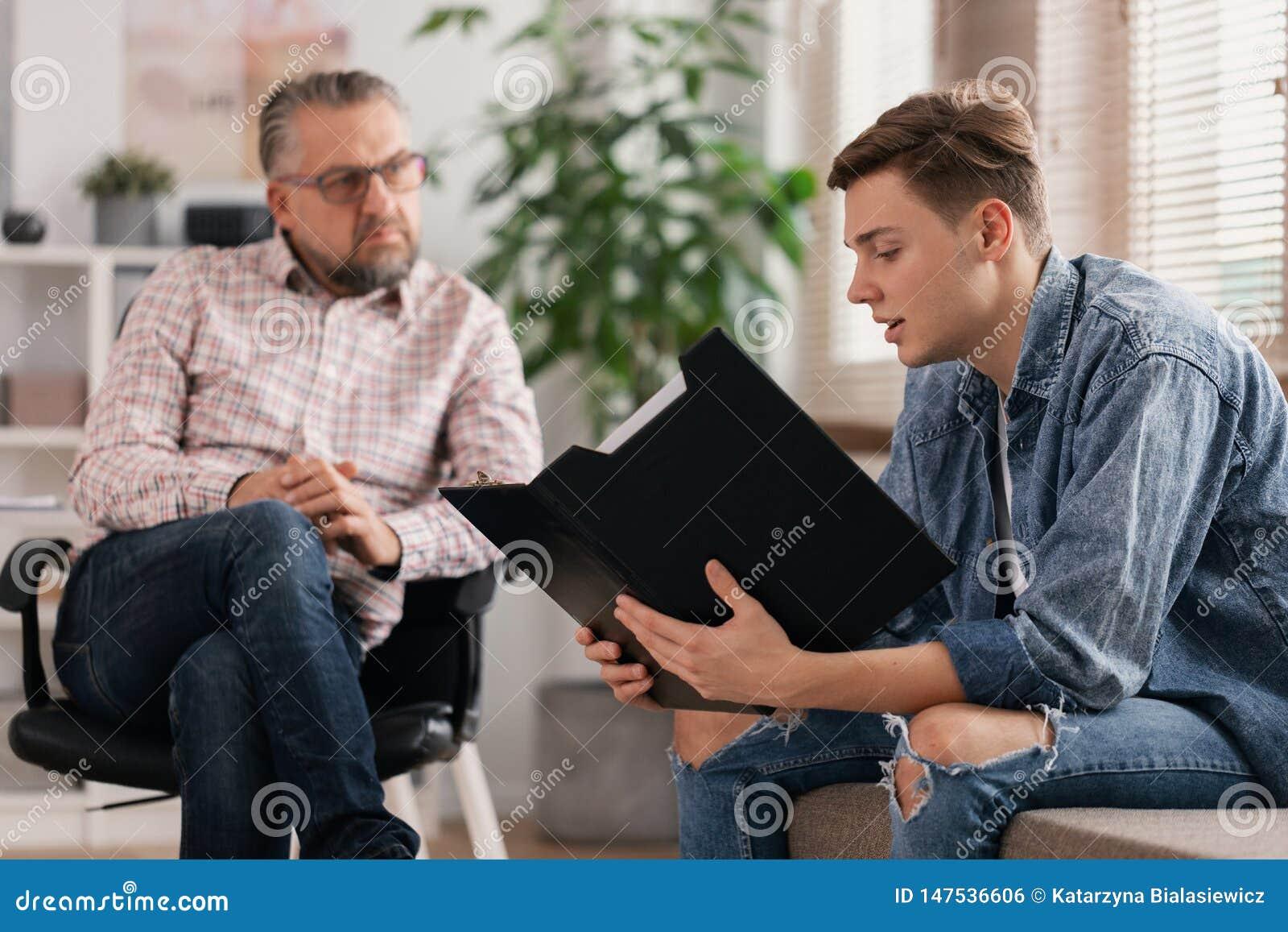 年轻人和资深治疗师在专业顾问会议期间