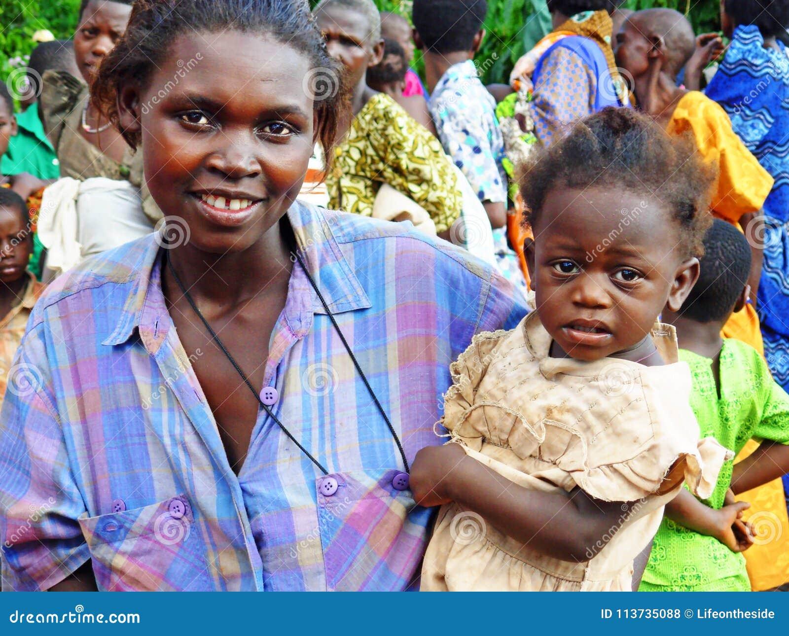 年轻人微笑的非洲母亲和女儿遥远的村庄乌干达,非洲