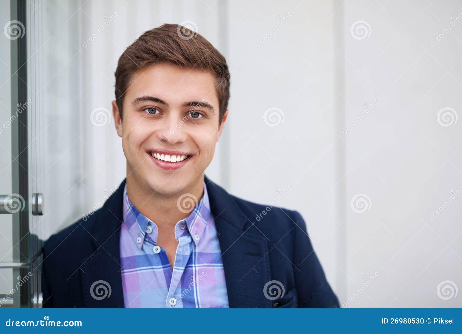 年轻人微笑