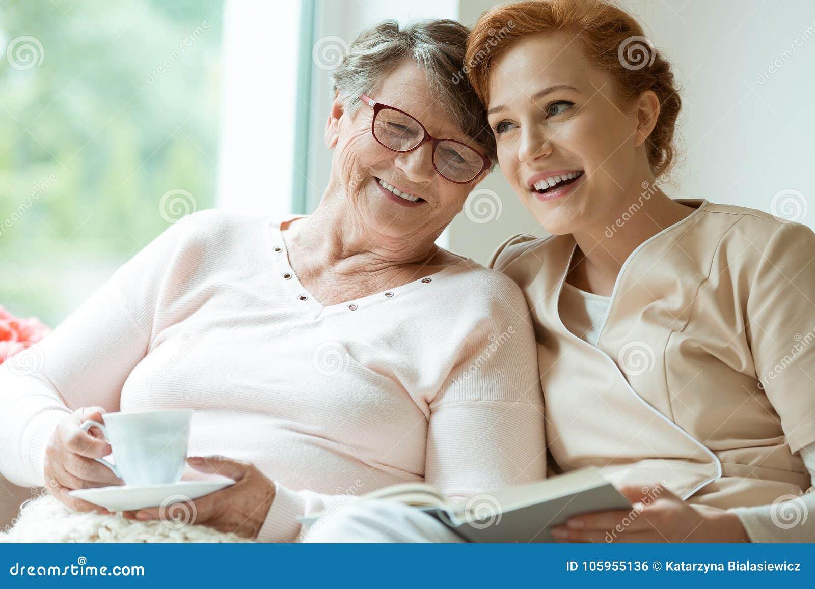 年轻人护士和长辈患者