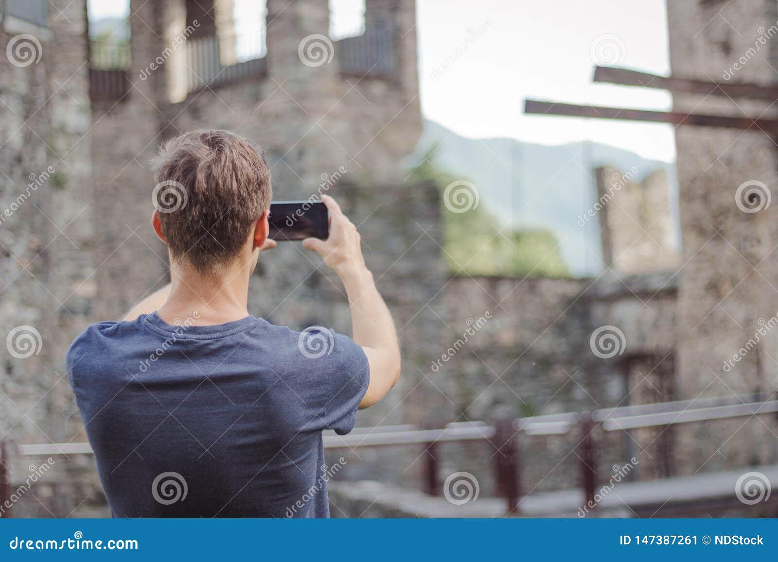 年轻人拍城堡的照片