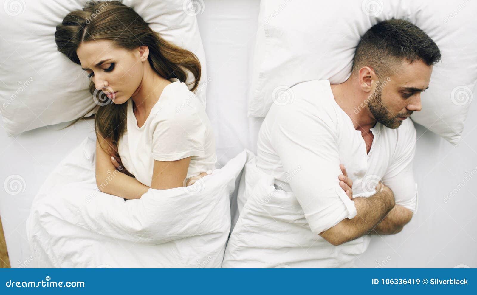 年轻人生气的夫妇顶视图恼怒在床上在家有问题在争吵以后和