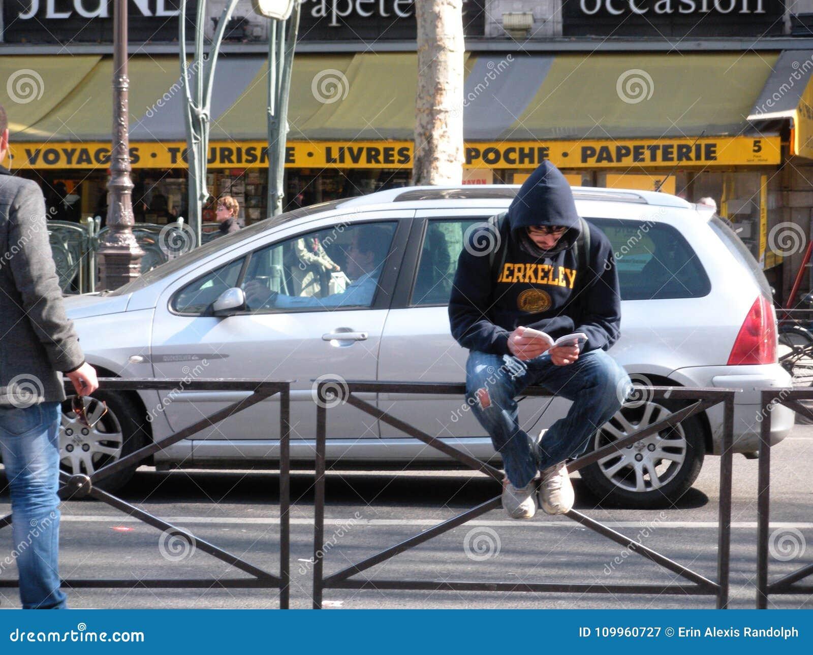 年轻人读书在拉丁区,巴黎,法国