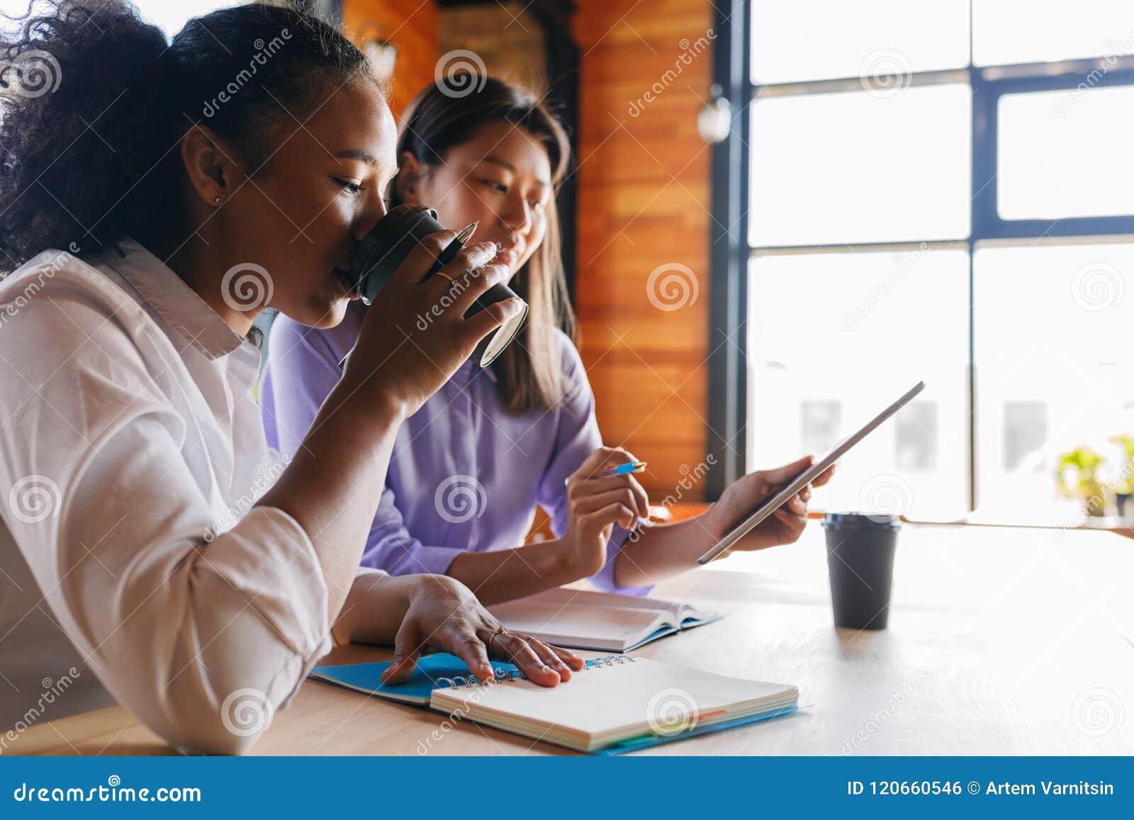 年轻企业家谈论在咖啡馆