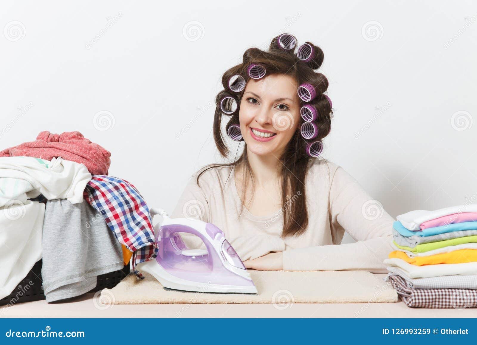 年轻俏丽的主妇 空白背景的妇女 家务概念 复制广告的空间