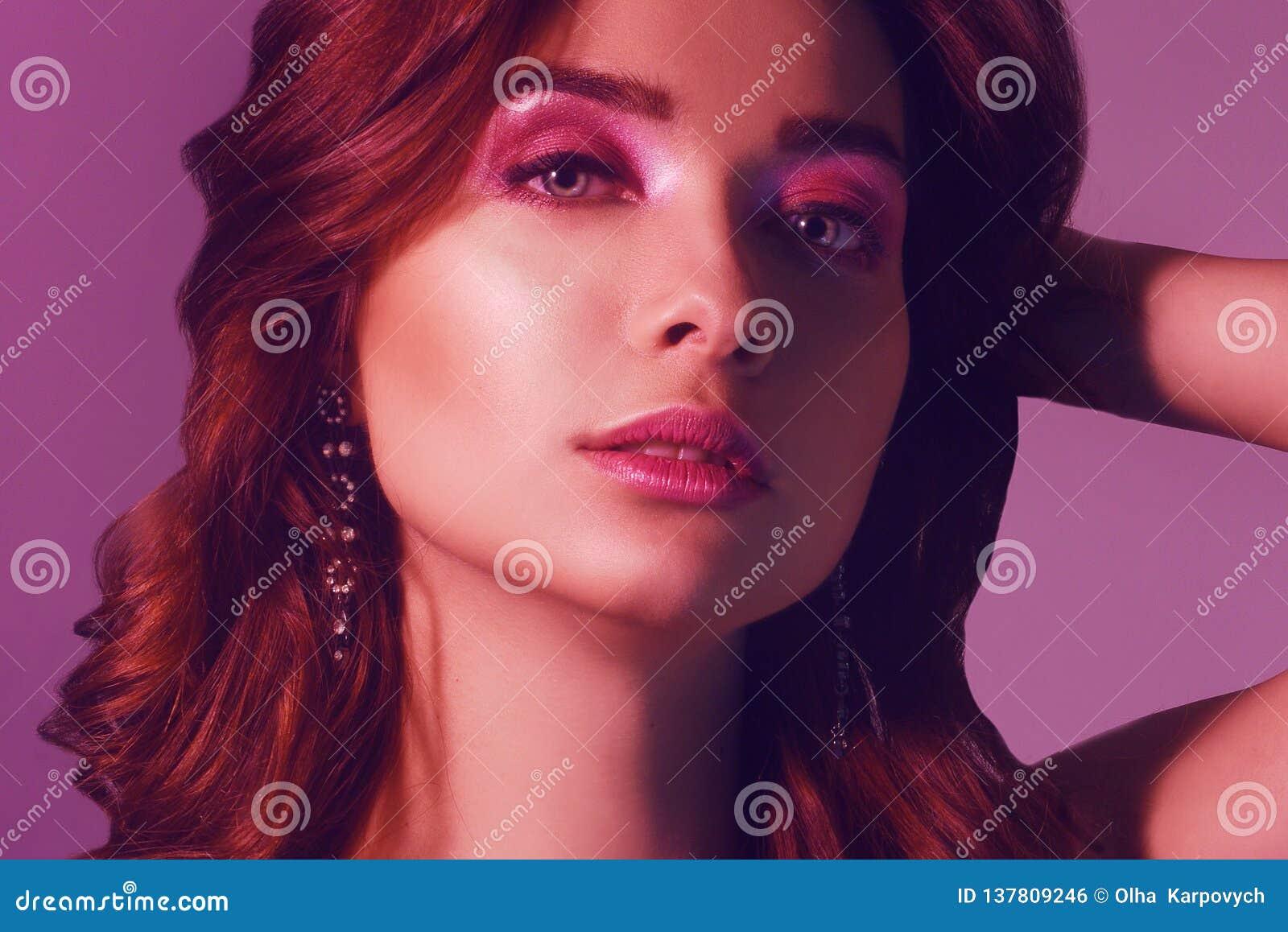 年轻典雅的女孩时尚画象首饰的 色的背景,演播室射击 美丽的深色的妇女 摆在氖的女孩