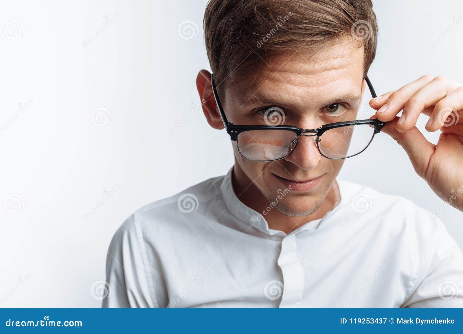 年轻可爱的人画象玻璃的,在白色衬衣,隔绝在白色背景,做广告的,文本插入