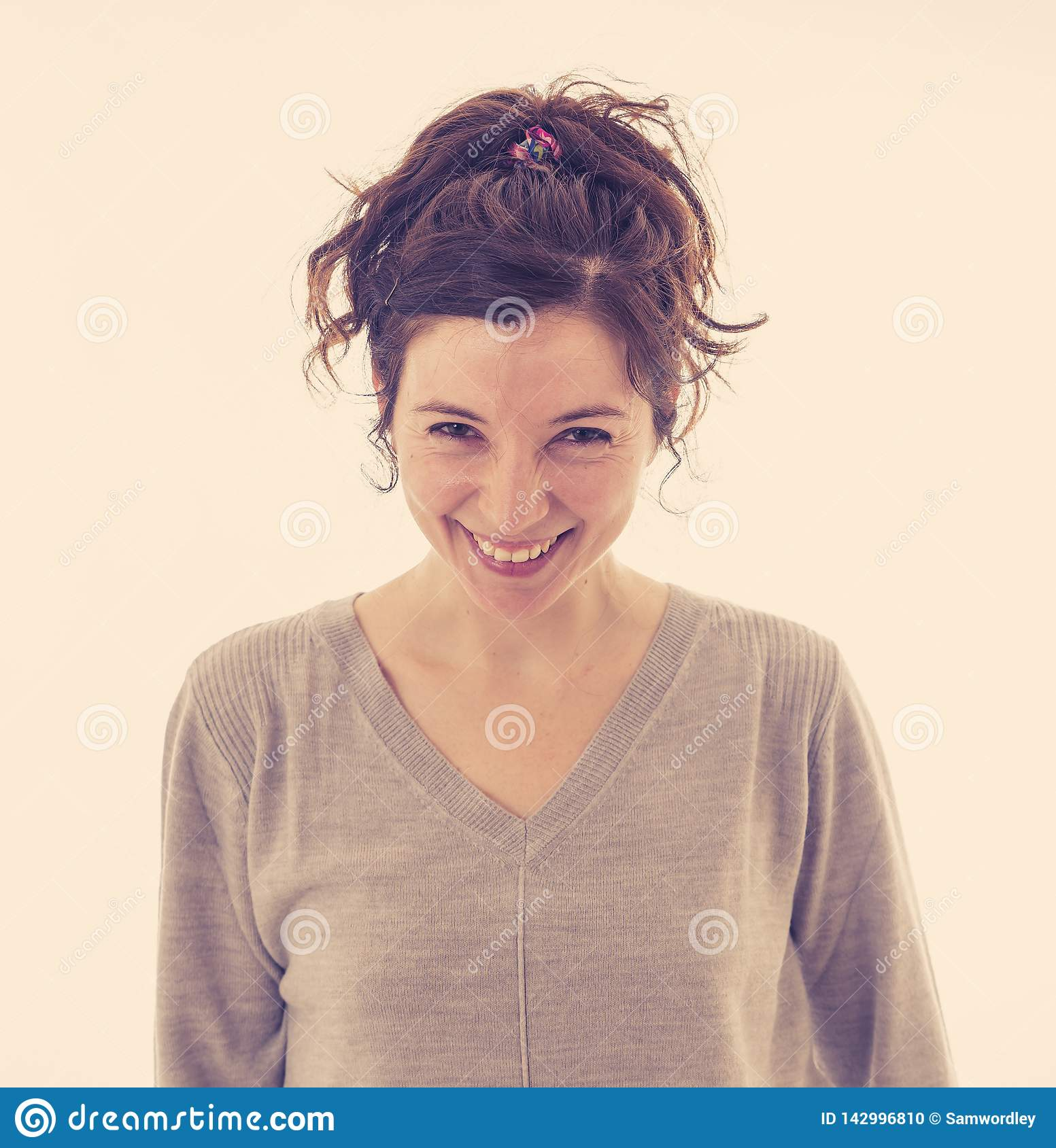 年轻可爱的快乐的妇女画象有微笑的愉快的面孔的 人的表示和情感