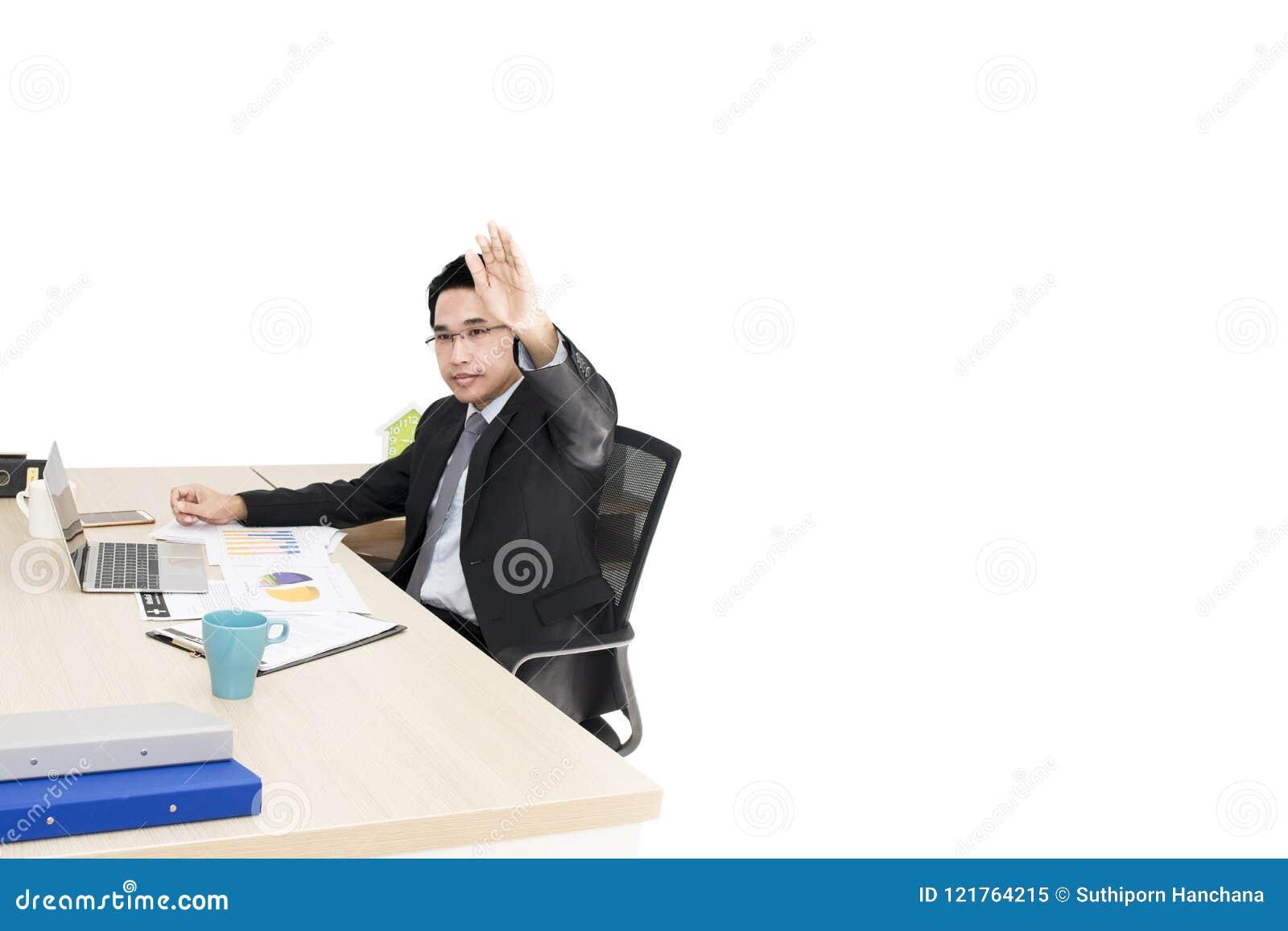 年轻商人与膝上型计算机和办公用品一起使用