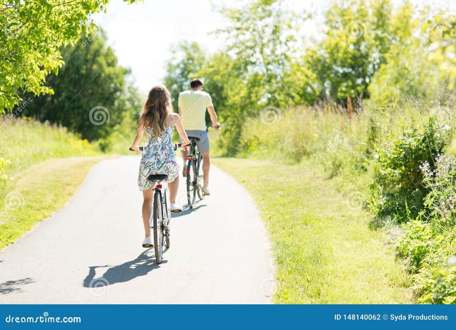 年轻夫妇乘坐的自行车在夏天