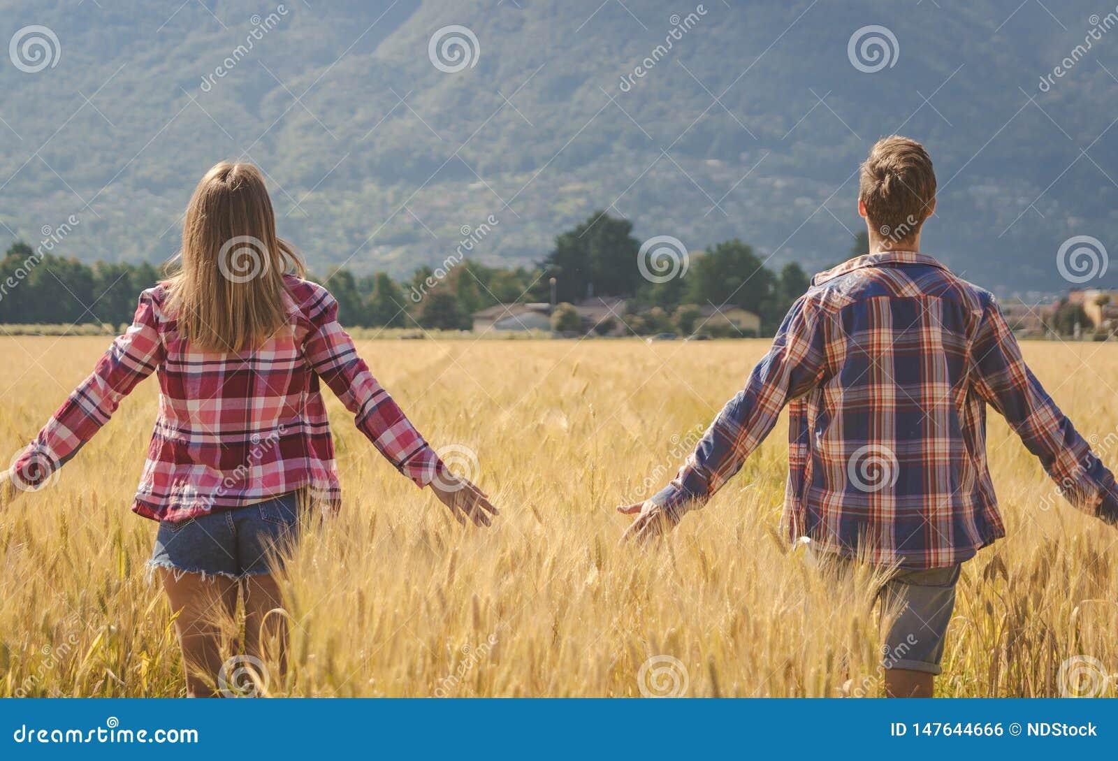 年轻夫妇冥想麦田