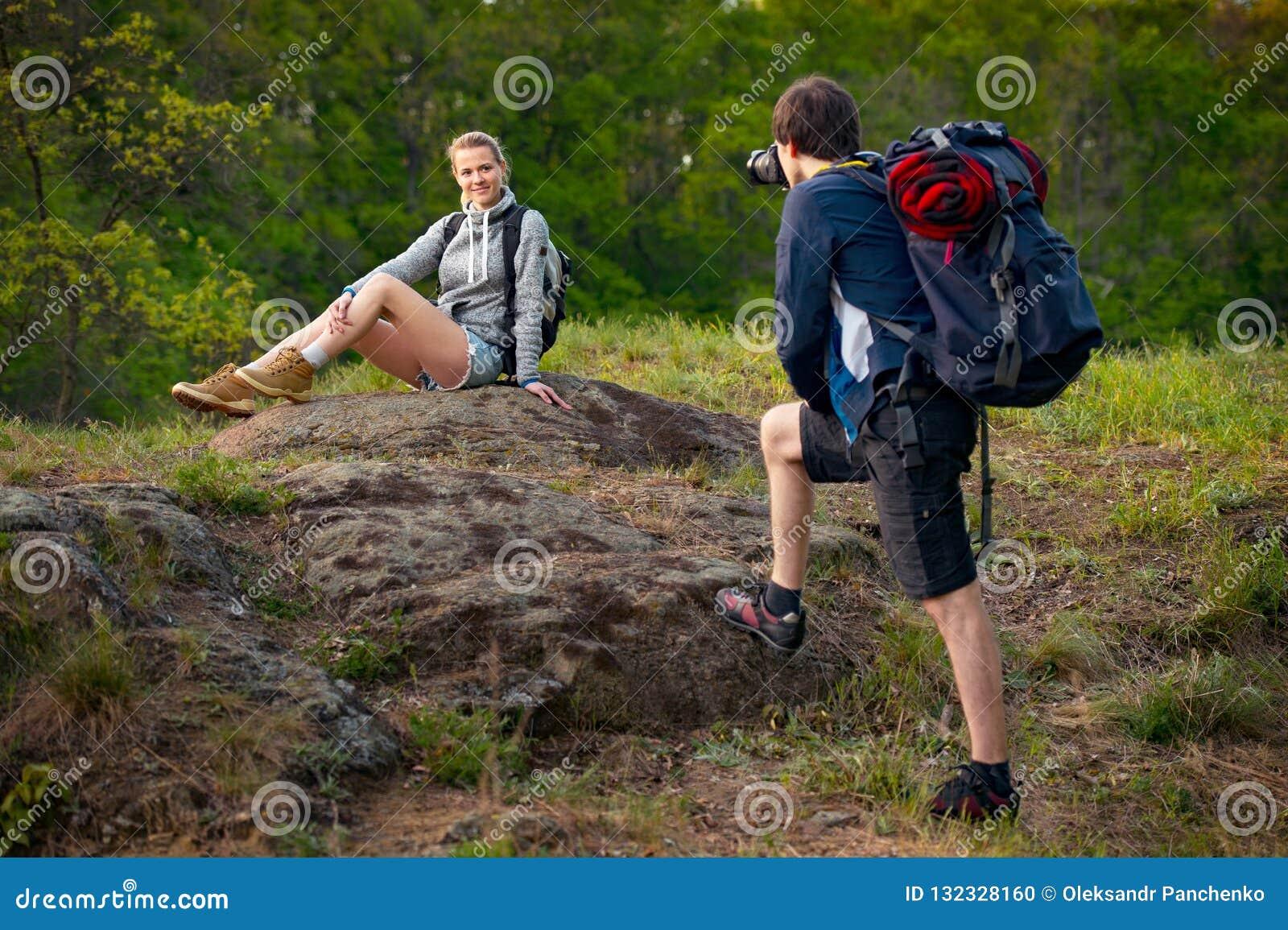 年轻夫妇远足者休息 一个人拍他的girlfr照片