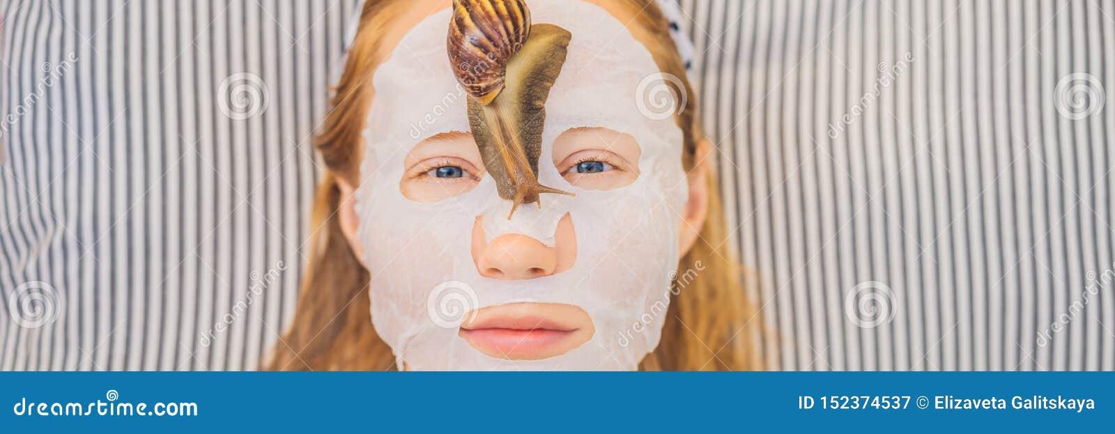 年轻女人做与蜗牛黏液的一面膜 蜗牛爬行在面膜横幅的,长的格式