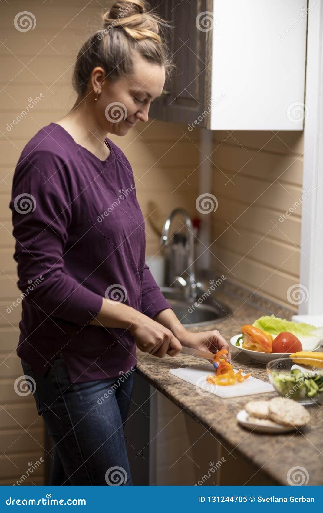 年轻女人准备沙拉