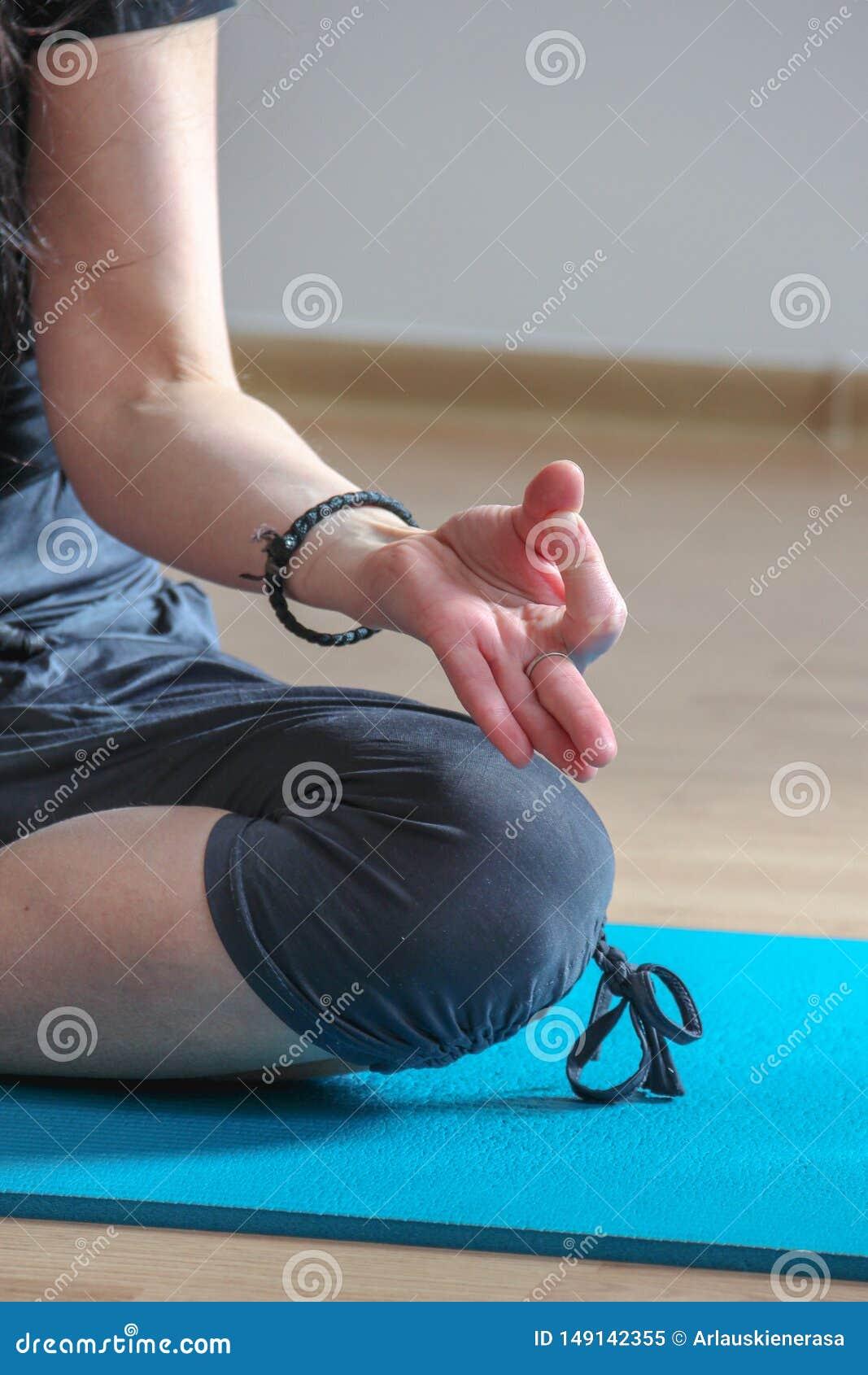 年轻女人实践的瑜伽在家