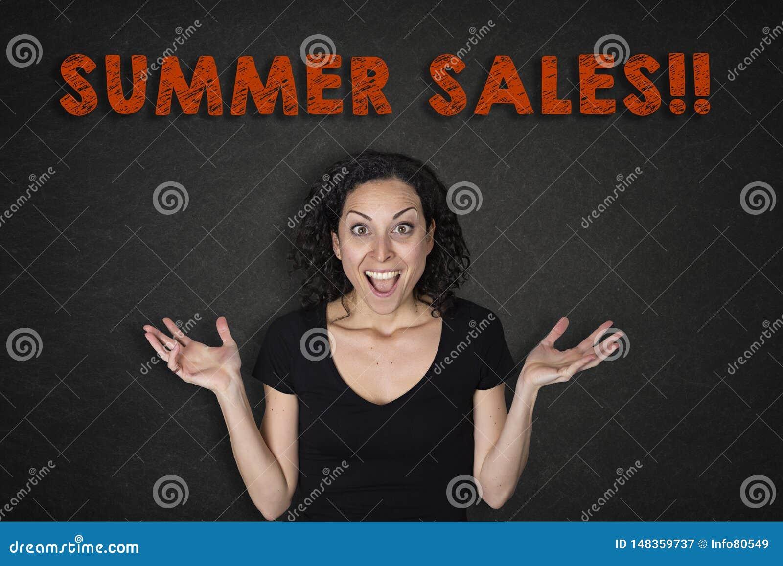 年轻女人画象有惊奇表示和一个'夏天销售的!'文本