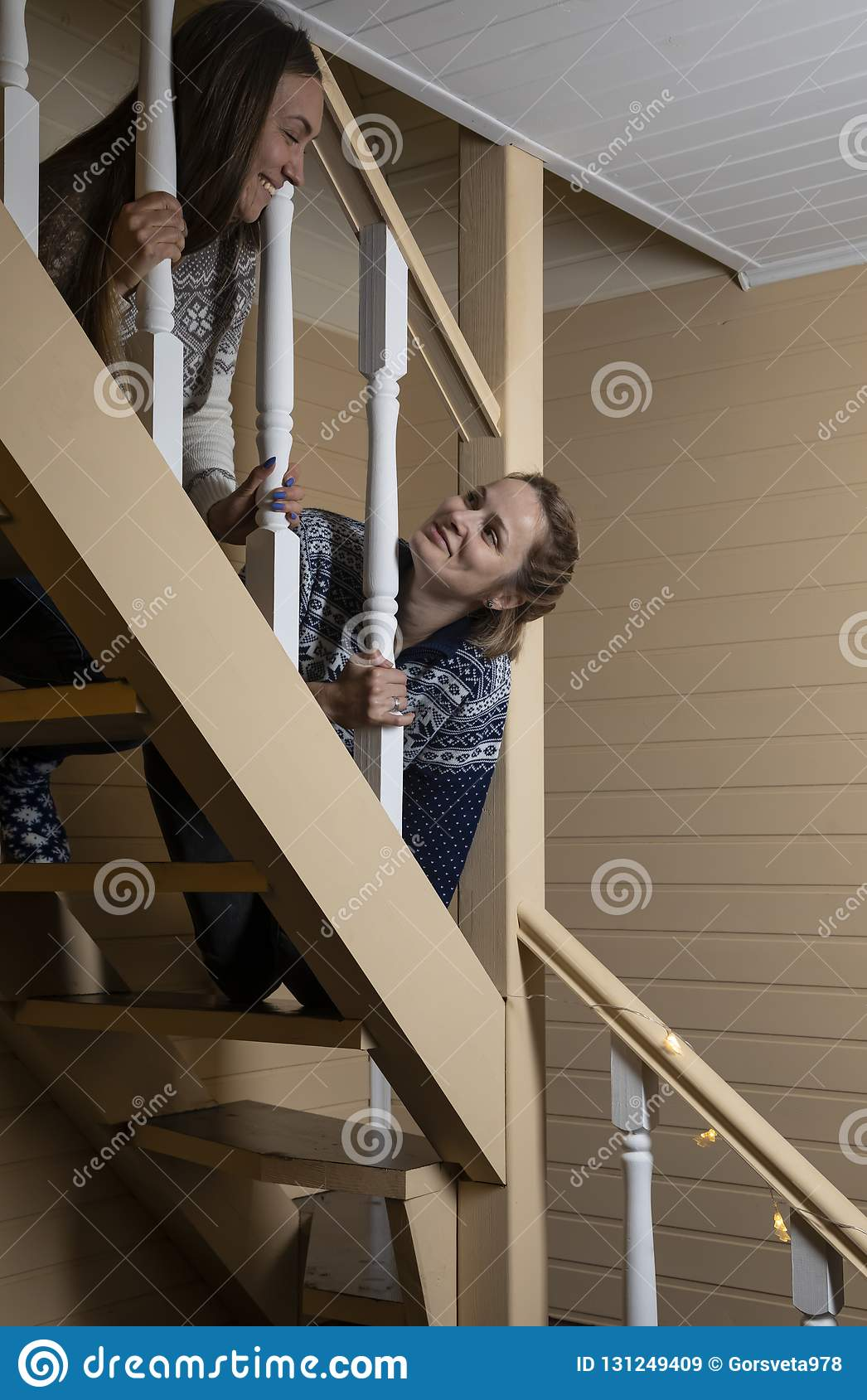 年轻女人装饰台阶和笑