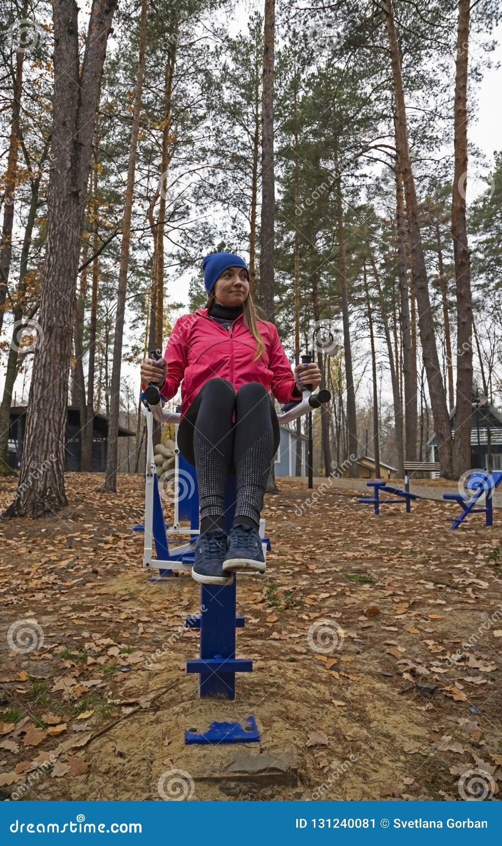 年轻女人,在体育similator的锻炼,自然,秋天,生活方式,森林