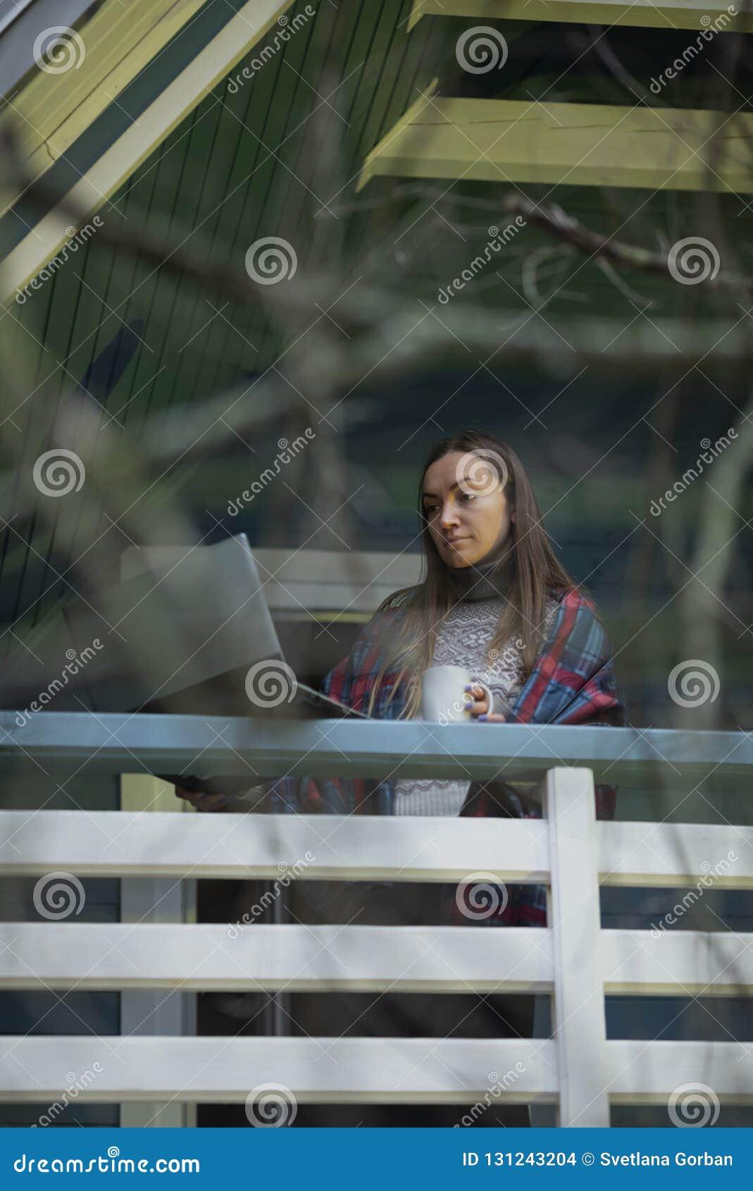 年轻女人,膝上型计算机,大阳台,茶,自然