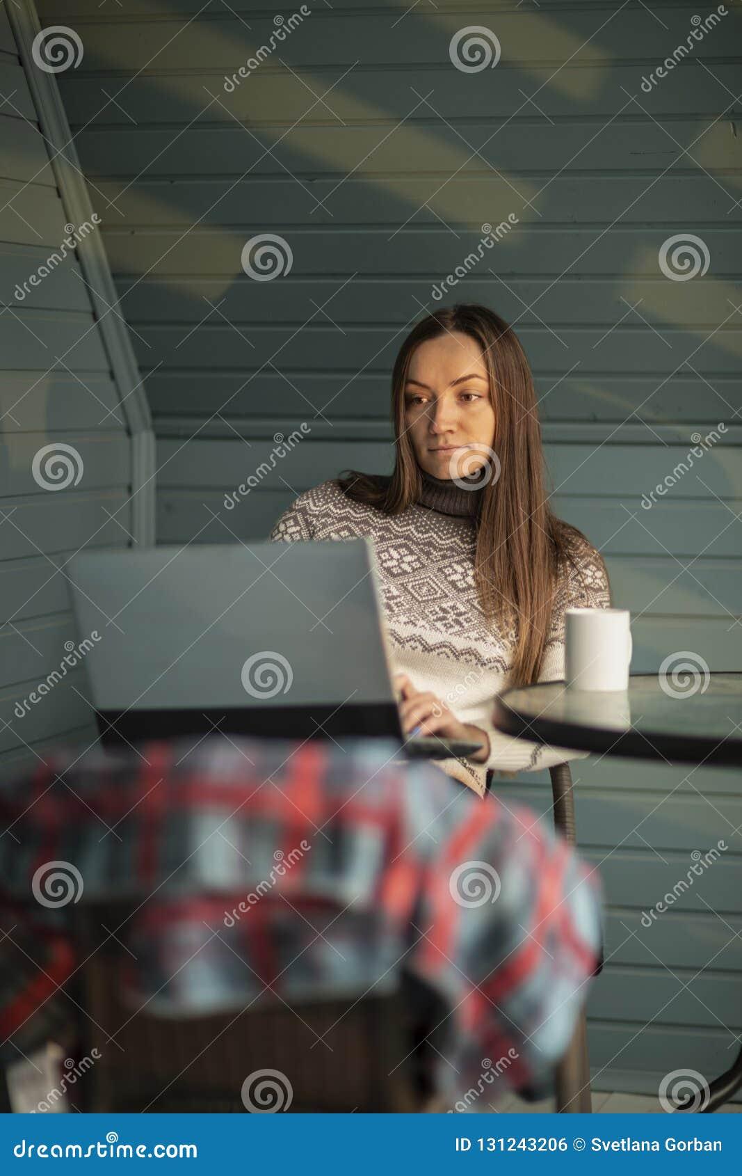 年轻女人,膝上型计算机,阳台,茶,自然