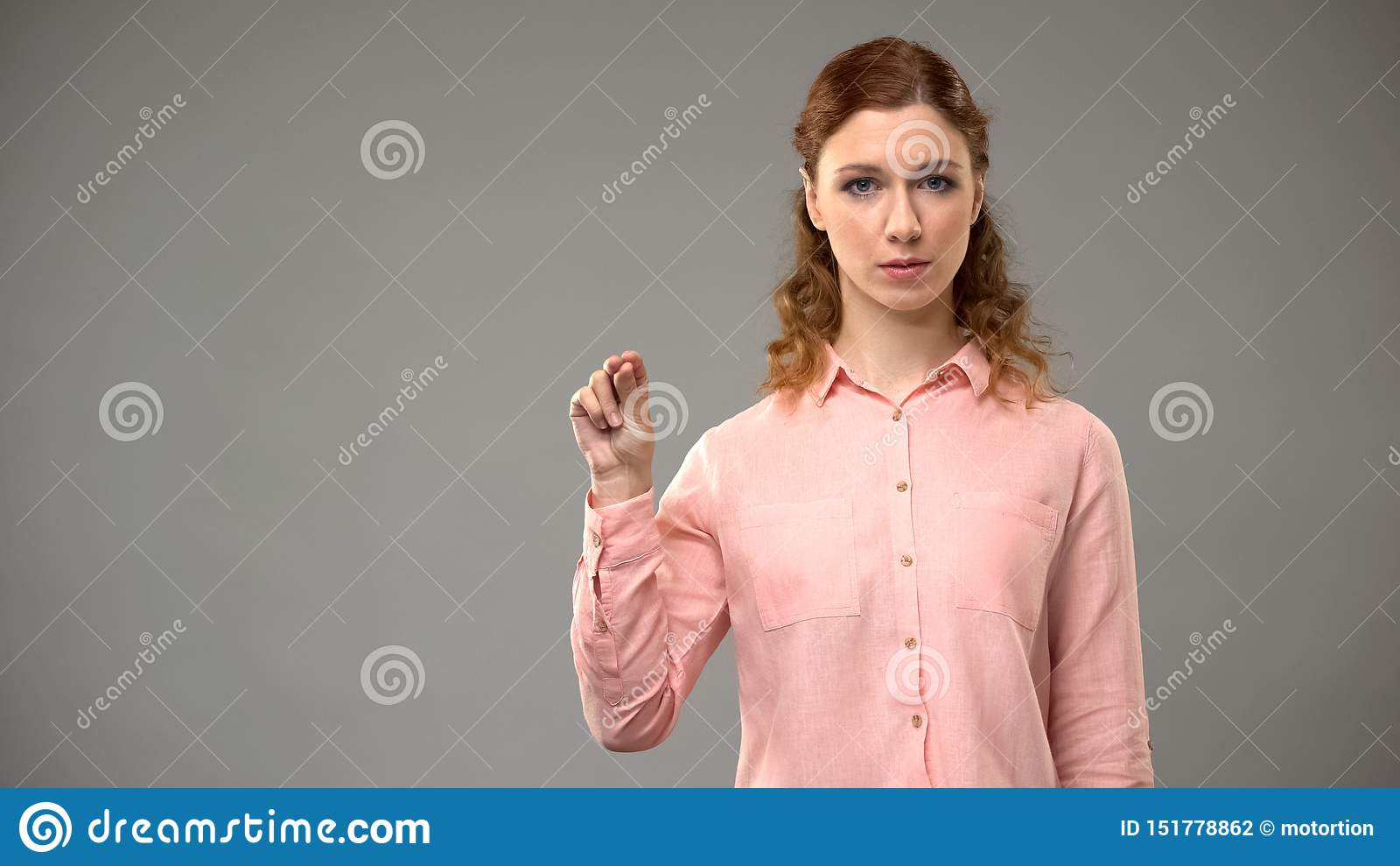 年轻女性没有打手势在手语,显示词asl,讲解的老师