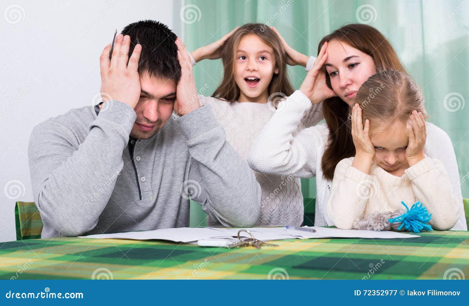 年轻家庭冲突在家