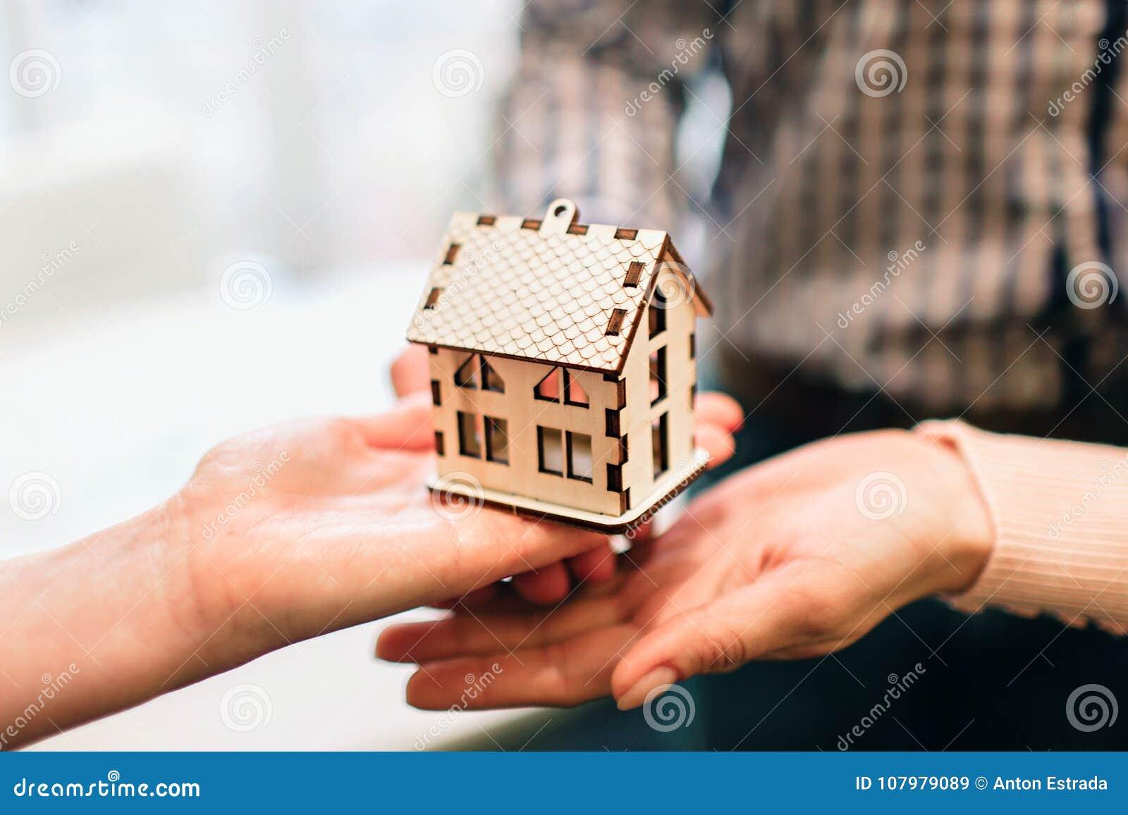 年轻家庭夫妇购买租物产房地产 给咨询的代理男人和妇女 签署的合同