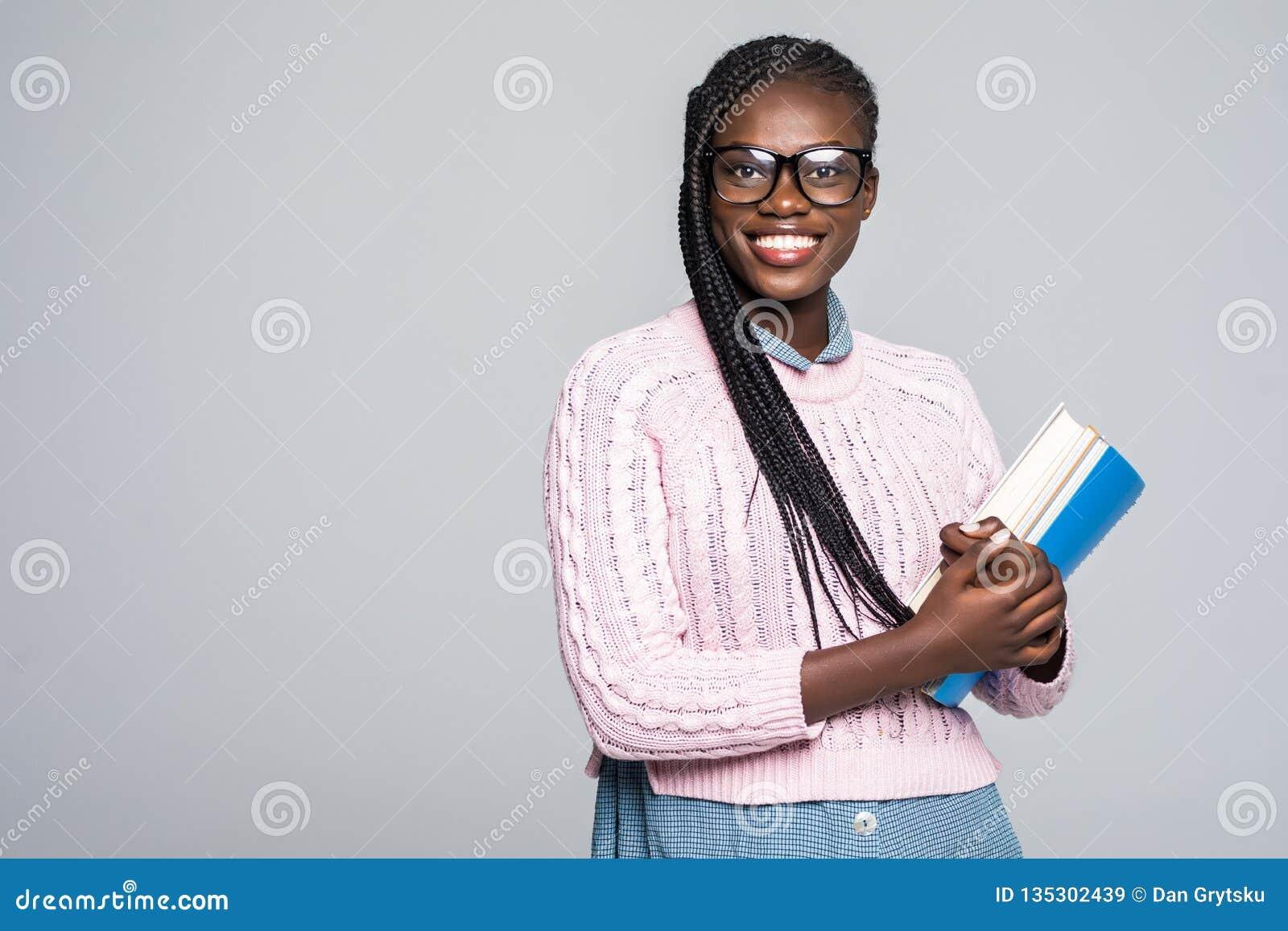 年轻对笔记本微笑负的秀丽非洲妇女偶然每日生活方式学生被隔绝在灰色
